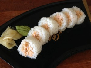 Sushi de folha de arroz recheado com patê de salmão