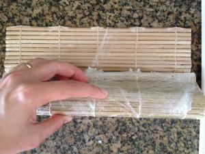 enrolando com a folha de arroz